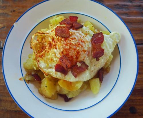 Patatas al ajillo con huevo frito